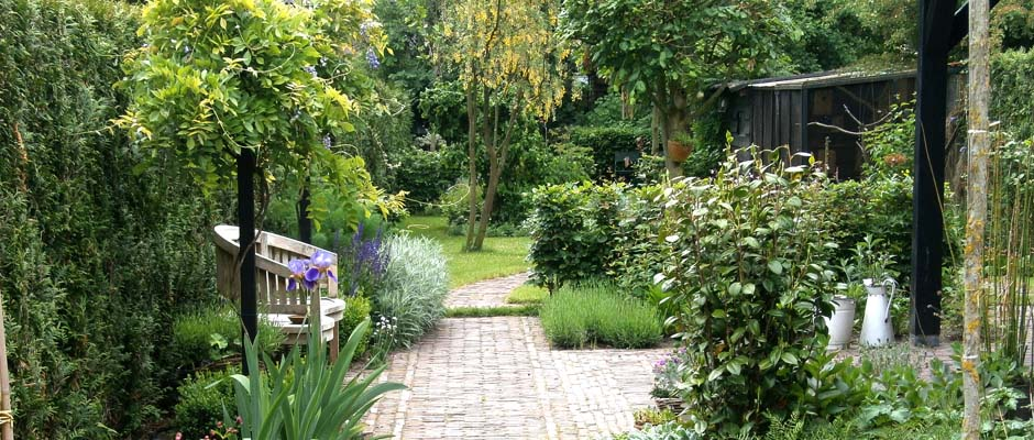 Een lange smalle tuin tuinontwerp van hovind tuinontwerpburo for Tuinontwerp stadstuin